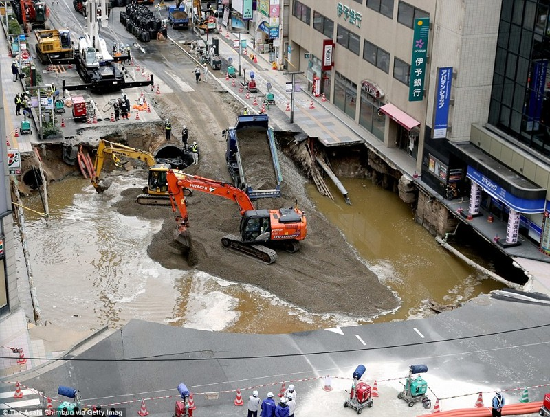 3a3abee700000578-3936796-workers-dumped-huge-amounts-of-wet-cement-and-sand-into-the-huge-a-63-1479211378587
