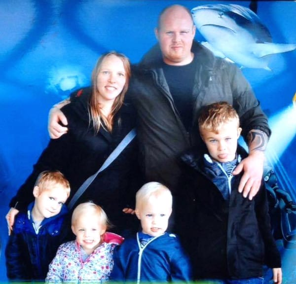 Tragic father James Green died in his sleep leaving his wife Cloe Green and his 8 children. Cloe and James with L-R Levi, Megan, Oliver,Leo Picture: photo-features.co.uk Mobile: 07966 96672 email: jeremy@durkinphotoservices.com 41 Boat Dyke Rd Upton Norwich Norfolk NR13 6BL