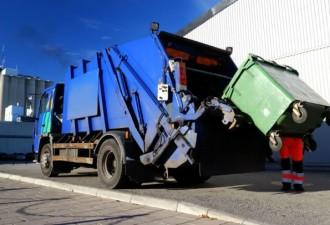Работники начали прессовать мусор в машине (фото,видео)
