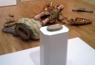 В музее Лиссабона турист разбил статую XVIII века, пытаясь сделать селфи (2 фото)