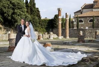 Наследница империи Swarovski вышла замуж в платье весом 46 кг с полумиллионом кристаллов (13 фото)