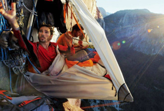 Захватывающие фотографии о том, как спят скалолазы в горах (10 фото)