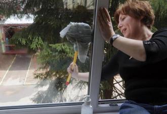 Живу на четвёртом этаже, мыла окно…