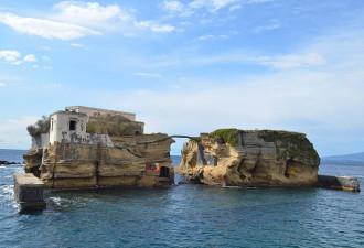 Этот невероятно красивый остров приносит несчастья каждому своему владельцу (10 фото)