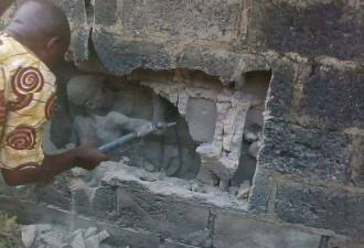 Три дня жители боялись подходить к стене, издававшей странные звуки (2 фото)