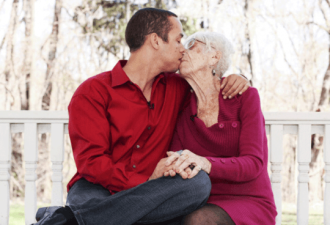 31-летний парень по уши влюблен в 91-летнюю «Девушку» (2 фото)