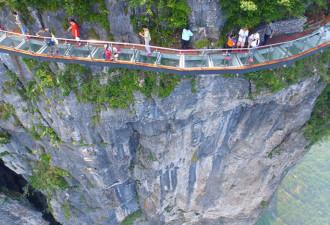 Стеклянный мост над бездной! Не каждый осмелится пройти по нему (фото, видео)