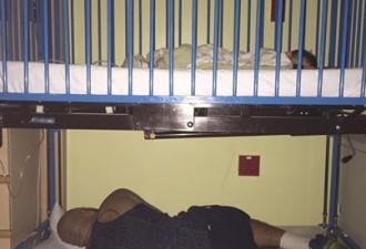 Фотография, на которой изображен мужчина, лежащий на холодном полу, быстро разлетелась по Интернету! (2 фото)
