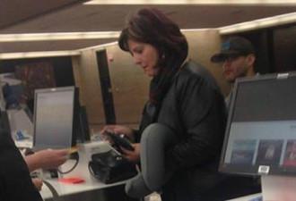 Фотография женщины, которая стоит в здании аэропорта, моментально разлетелась по Интернету!
