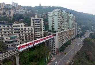 Поезд проходит через центр 19-этажного жилого дома в Китае (8 фото)