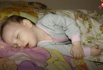 На Урале врачи пытаются вылечить девочку с синдромом «спящей красавицы» (4 фото)