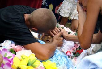 Лежа в гробу, признанный умершим ребенок, вдруг попросил попить… (2 фото)