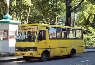В автобусе едет женщина и разговаривает по мобиле…