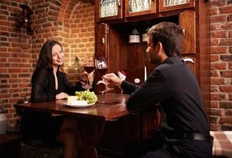 Муж пришел домой, а жена бросается на шею и жалобно: у нас сегодня юбилей, давай-ка сходим в ресторан