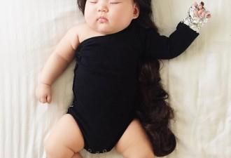 Мама наряжает спящую дочку в смешные костюмы (8 фото)
