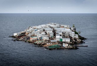 Как живут люди на острове, площадь которого равна половине футбольного поля (5 фото)