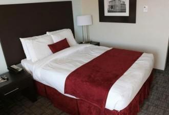 Гость отеля нашёл в кровати записку, которую каждый меньше всего хотел бы обнаружить (2 фото)