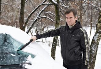 Раннее утро, чищу машину от снега, а тут подбегает какая-то тётка и давай возмущаться…