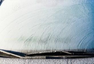 Выбрасывай скребок для льда! После этого трюка лобовое стекло станет чистым за секунды!