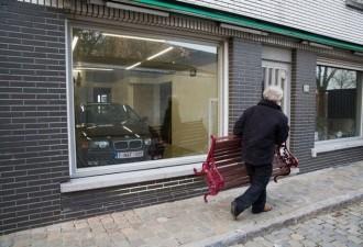 Мужчине не дали построить гараж, но он нашёл гениальное решение и всех перехитрил (10 фото)