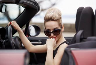 Она оставила машину возле бара и за ней вернулась на следующий день. На машине была записка…
