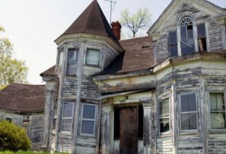 Строители снесли это старое здание и обнаружили сотни ящиков (12 фото)