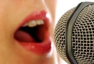 Подруга занимается вокалом с молодым учителем
