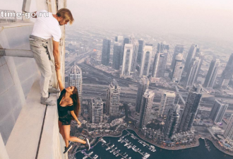 Петербургская модель ради эффектных фото повисла на крыше небоскреба без страховки (видео)