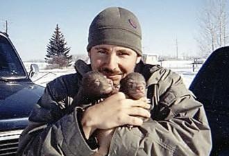 Этот парень нашел двух медвежат возле умершей матери. Произошедшее потом не передать словами…(9 фото)