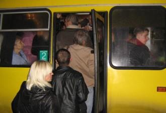 Молодой человек вошел в автобус