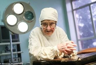 Этой бабушке почти 90 лет, а она до сих пор оперирует людей (9 фото)