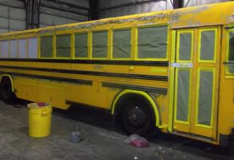 Мужчина живет с женой и тремя детьми в школьном автобусе (фото,видео)