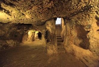 Ремонтируя дом, хозяин обнаружил, что за стеной в подвале жили 20,000 человек (10 фото)