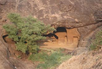 Он охотился на тигра, и случайно нашел странную пещеру (14 фото)