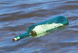 Мужчина обнаружил послание в бутылке, которую выкинуло на берег! (3 фото)