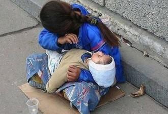 Почему спит ребенок? Всегда спит на руках у попрошаек (3 фото)
