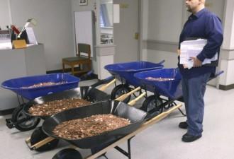 Бизнесмен оплатил пошлину на авто почти тонной мелочи (3 фото)