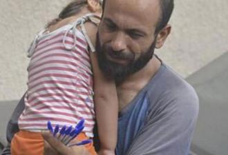 Этот мужчина с дочерью продавали ручки на улице для того, чтобы выжить (5 фото)