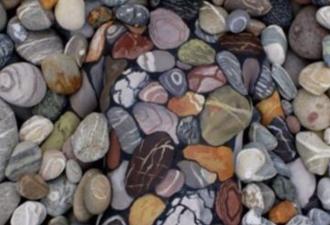 Среди этих камней отдыхает женщина. Вы видите её?