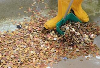Из фонтана в Риме достали 1,4 млн евро