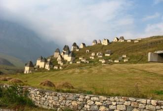 На первый взгляд, это обычный горный поселок (8 фото)