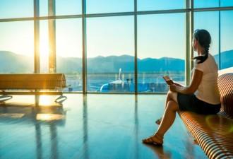Девушка ожидала свой рейс в большом аэропорту