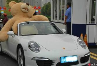 Парень на Porsche попытался завоевать девушку оригинальным способом