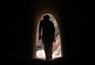Вот, что один человек может сделать за 25 лет уединения в пустыне! (видео)