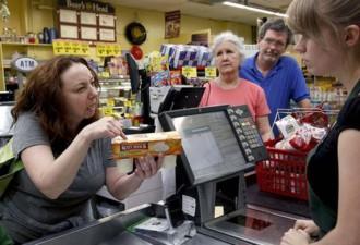 Богатая покупательница назвала кассиршу неудачницей (3 фото)