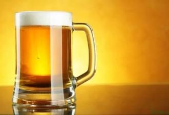Заходит мужик в бар и заказывает себе кружку пива…