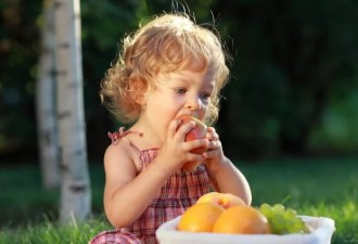 Трехлетняя дочка даёт папе грушу