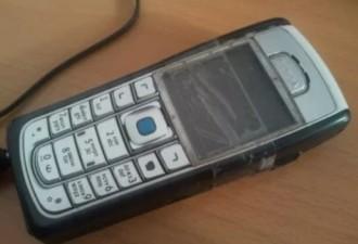 Я положил на стол новую заднюю крышечку от ее старенького телефона