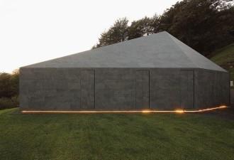 Монолитный особняк, который не такой уж и закрытый, как может показаться (7 фото)