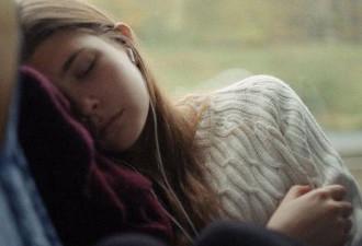 Утро. Автобус. Спит девушка